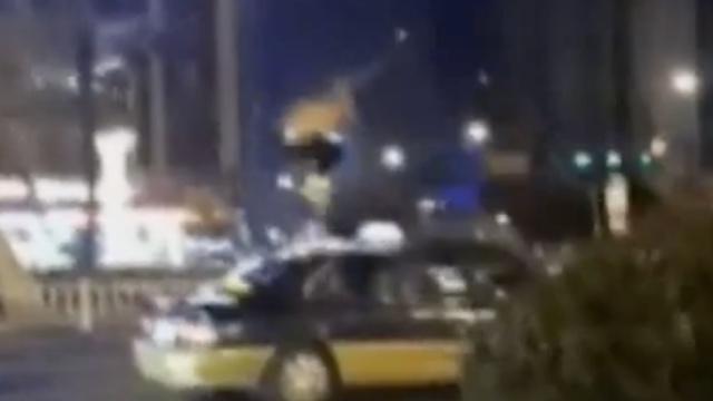 江苏盐城:赤膊醉汉车顶蹦迪被刑拘