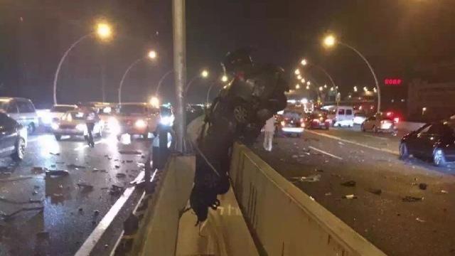 上海中环离奇车祸:车悬空,人已亡