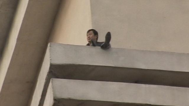 男子欲跳30米高楼,终被成功劝离