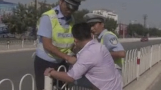 男子酒驾遇检查,跨栏逃跑脚被卡住