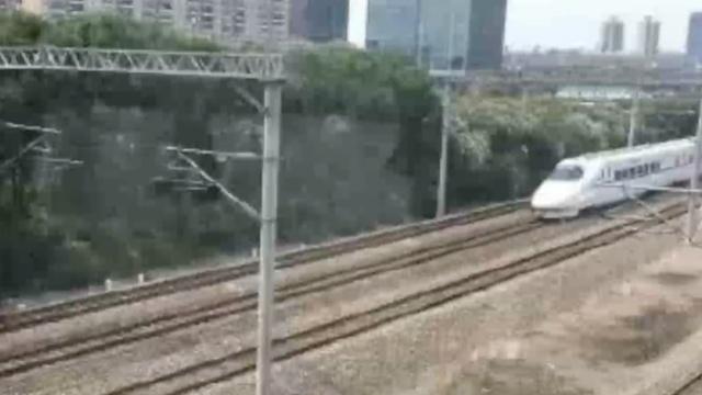 男子跳入动车轨道,被撞飞百米