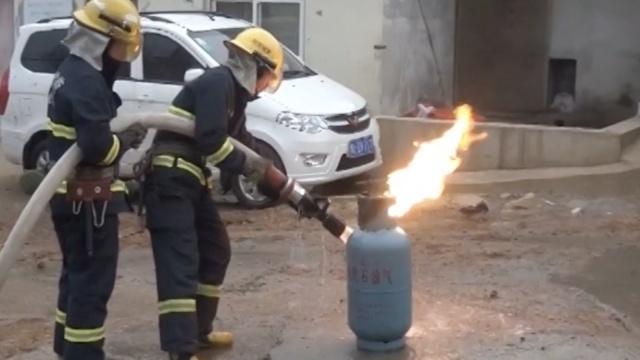 实拍:消防员冒死抱出喷火煤气罐