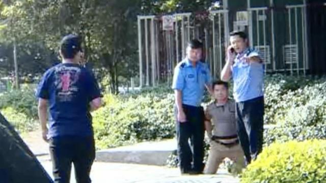 男子拍交警违章被摔跪,交警已停职