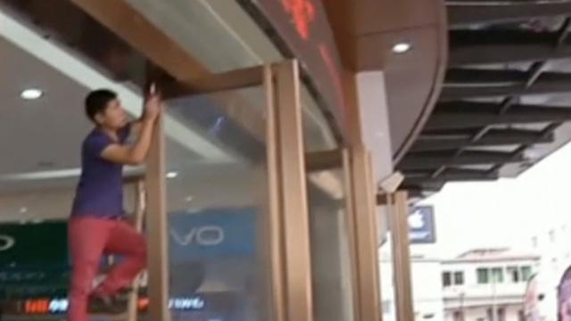 地面下沉?商场玻璃门倒塌砸晕女童