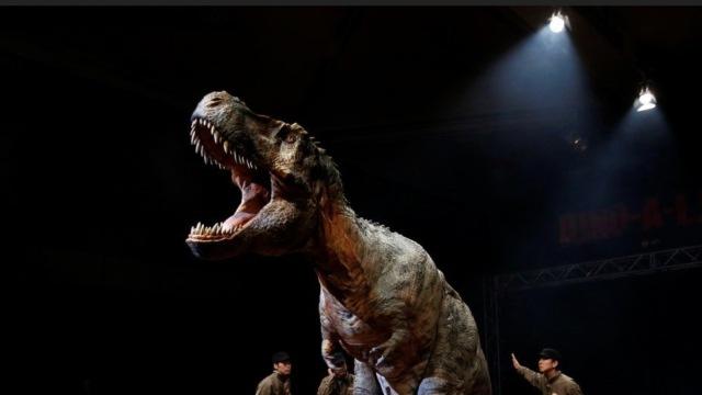 8米长恐龙机器人亮相 逼真到吓人