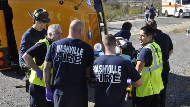 田纳西州一校车翻车,23名学生受伤
