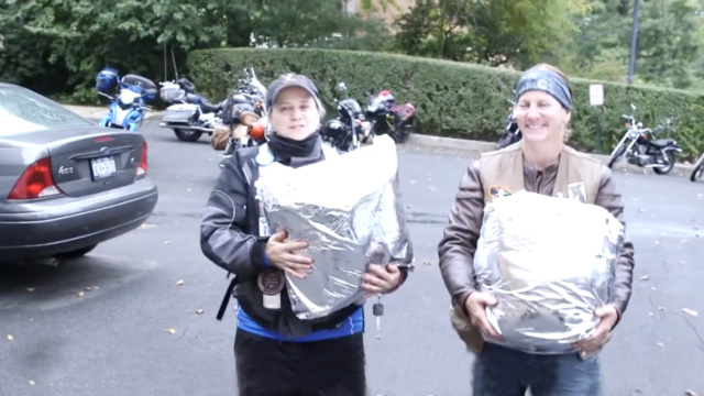 这群女摩托车手,为缺奶孩子送母乳