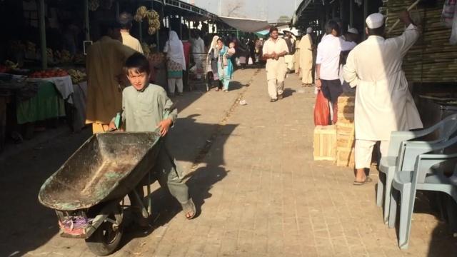 巴基斯坦童工推一天车赚30块