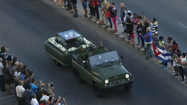古巴民众夹道送别卡斯特罗灵柩