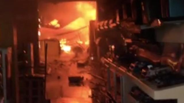 温州一小学旁家具店起火,学生撤离