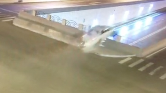 女司机飞速冲下天桥隧道,车毁人亡