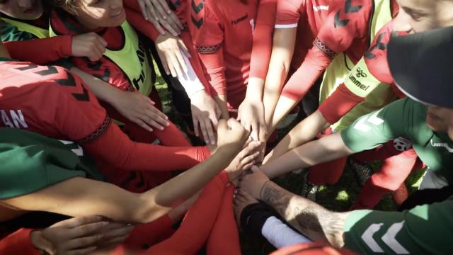 阿富汗女孩:用足球对抗歧视和死亡