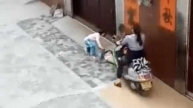 她骑摩托碾压同居男友孙女:无意的