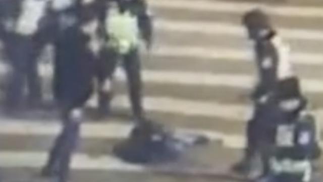 吸毒男街头刀捅民警,被开枪制服
