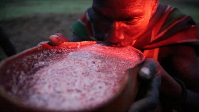乌干达放牛娃饮血充饥要用牛奶勾兑
