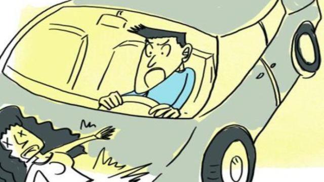 女子过斑马线被闯红灯轿车撞飞20米