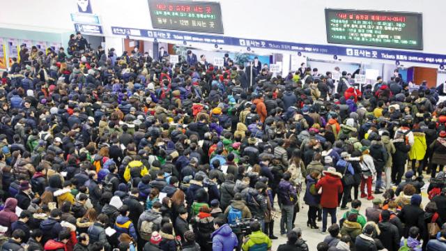 """韩国""""春运""""民众抢票姿势是躺着"""