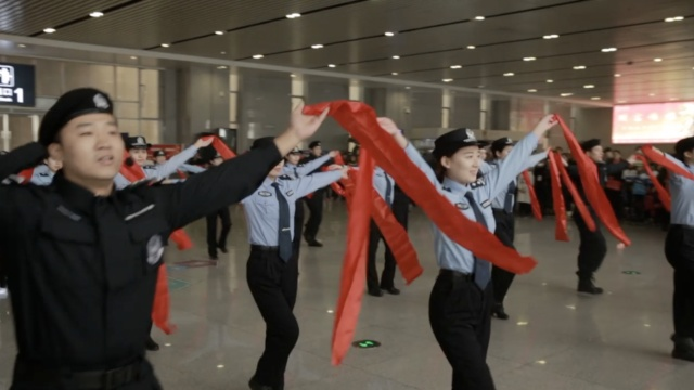 美女铁警玩快闪,各种舞蹈看呆旅客