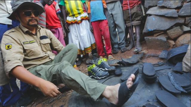 非洲小哥刀砍轮胎,制潮流橡胶鞋