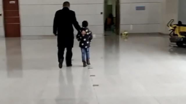 囧!妈妈让8岁儿子下车,自己坐过站
