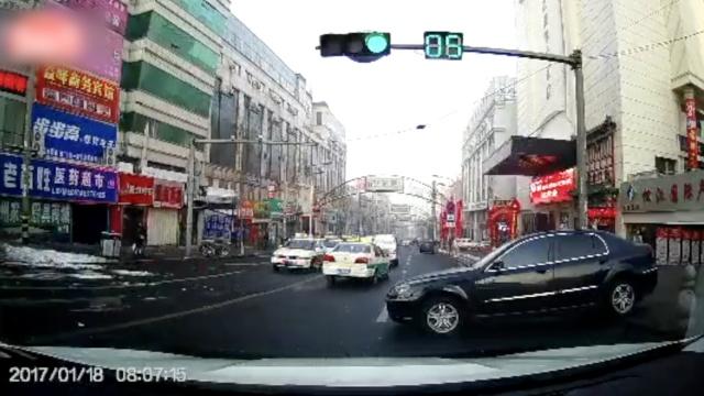 差点撞了!轿车溜坡冲入马路躲数车