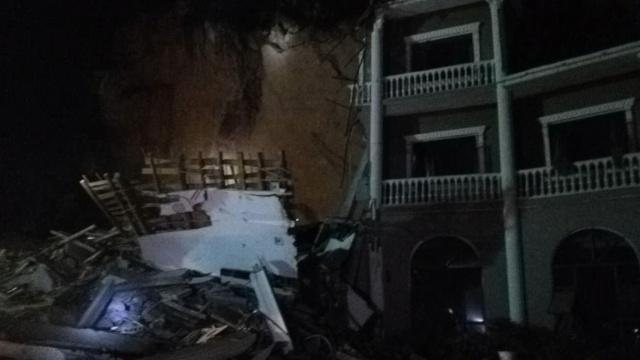 视频|湖北山体滑坡,酒店房屋被掩埋