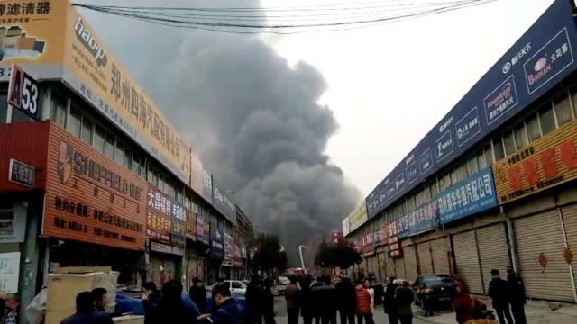 郑州一汽配城大火,黑烟滚滚还在烧