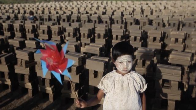 这些缅甸孩子本该上学,却被迫搬砖