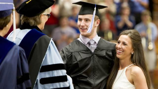 高位截瘫的他与未婚妻走上毕业典礼