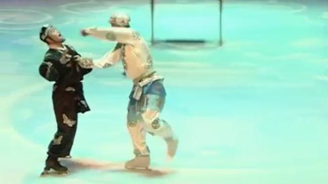 够6!杂技演员边滑冰边演京剧
