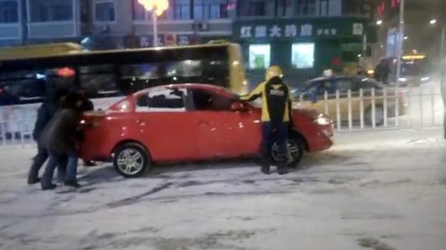 大雪!外卖小哥路边等活,帮推10余车