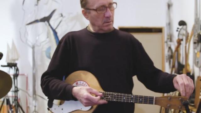 他用废品制作了400多种精致乐器