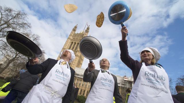 直播:英国煎饼节,议员也要边摊边跑