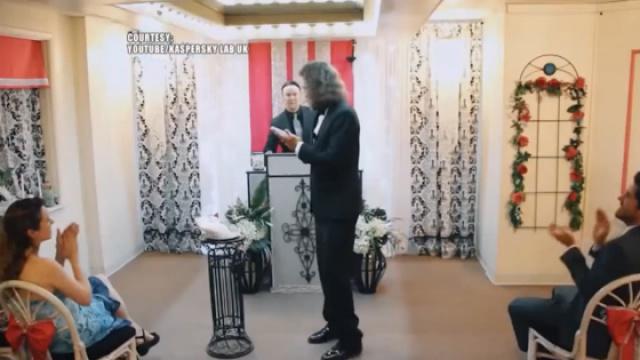 美国小伙与手机举行婚礼!