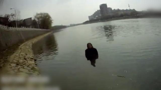 女孩站河中,水没胸口不上岸,说等人
