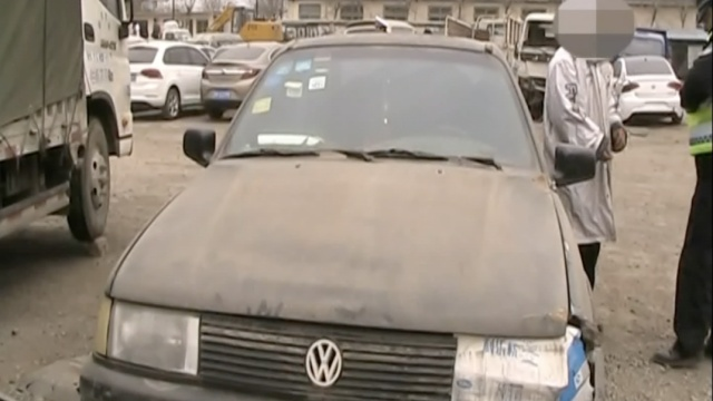 他以报废车为家:纸糊车灯,门打不开