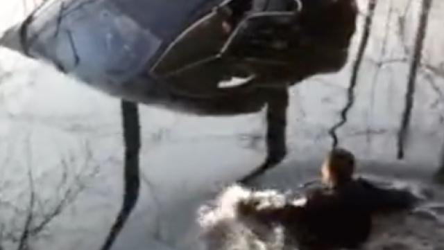 轿车坠河下沉,警民入水勇救3人