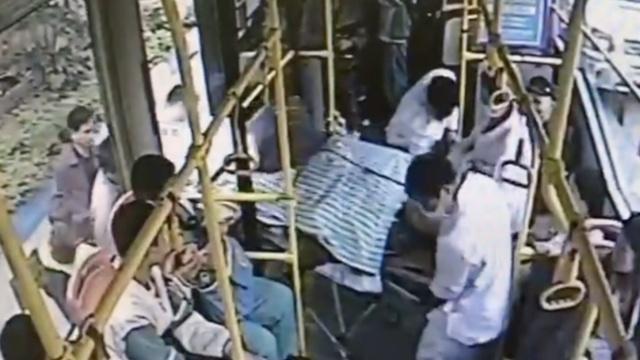 救护车半路抛锚,公交车接力救援