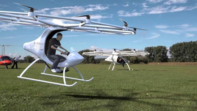 组装世界上第一架纯电动两座直升机