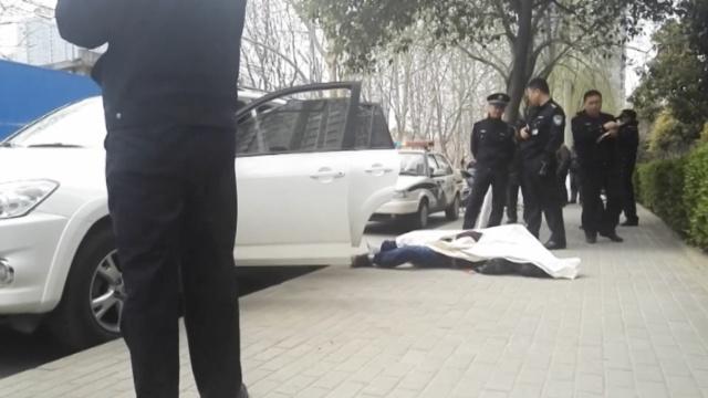 男子离奇死在车里,民警贴单发现他