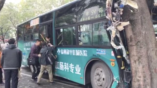 监拍:福州一公交车撞树,多乘客受伤