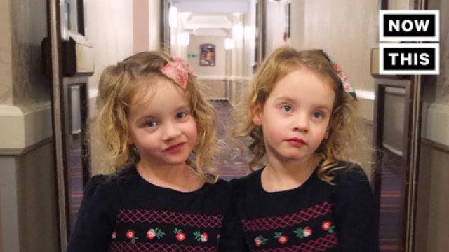 爸爸将双胞胎打扮成闪灵姐妹吓人