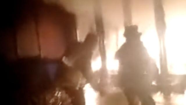 交警执勤遇火,客串消防20分钟扑灭