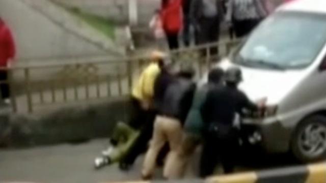 面包车斜坡碾压女子前,路人出手了