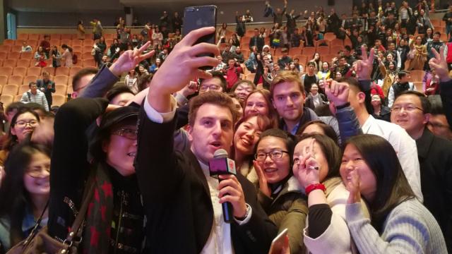 Airbnb创始人中国开讲:创业就图开心