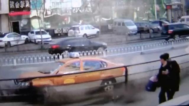 出租车避让调头奥迪,撞树惊呆路人