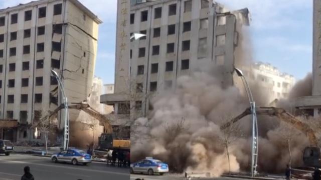 旧楼拆除突然坍塌, 烟尘笼罩街道