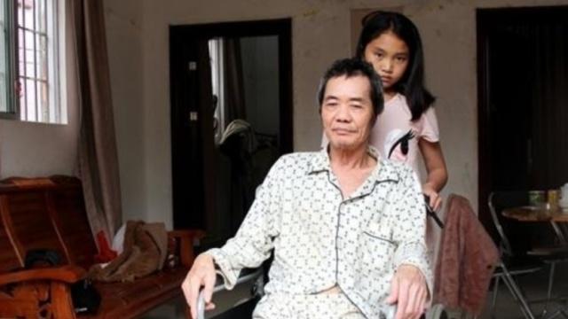 婉拒亲生父母,女童照顾瘫痪的养父