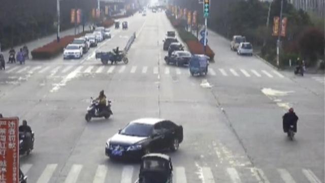 监拍:三轮车遇查逃跑,拖拽交警百米