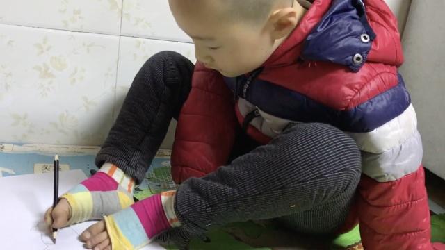 7岁无臂男孩以脚为手,梦想当歌星